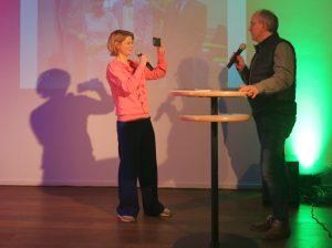 Moderatorin Anja Backhaus beim #MoJo-Training auf der Bühne bei der Preisverleihung CREATIV SPACES 2018